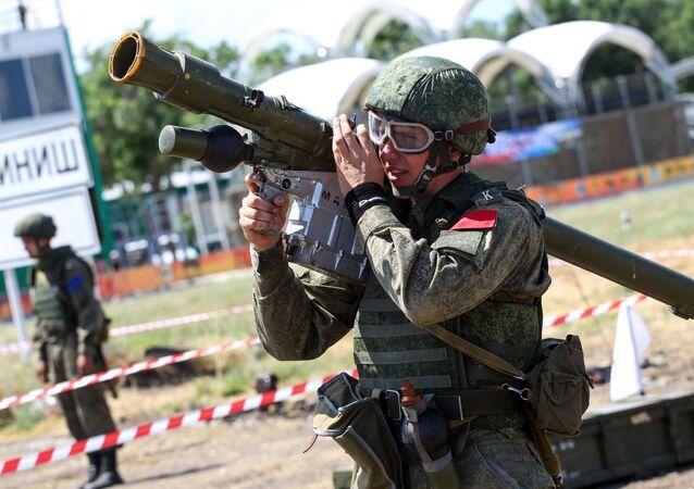 Uczestnik wszechwojskowego konkursu operatorów przeciwlotniczych zestawów rakietowych na poligonie Jejskij w Kraju Krasnodarskim
