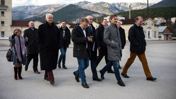 Niemiecka delegacja partii Alternatywa dla Niemiec w fabryce wina Massandra podczas oficjalnej wizyty na Krymie - Sputnik Polska