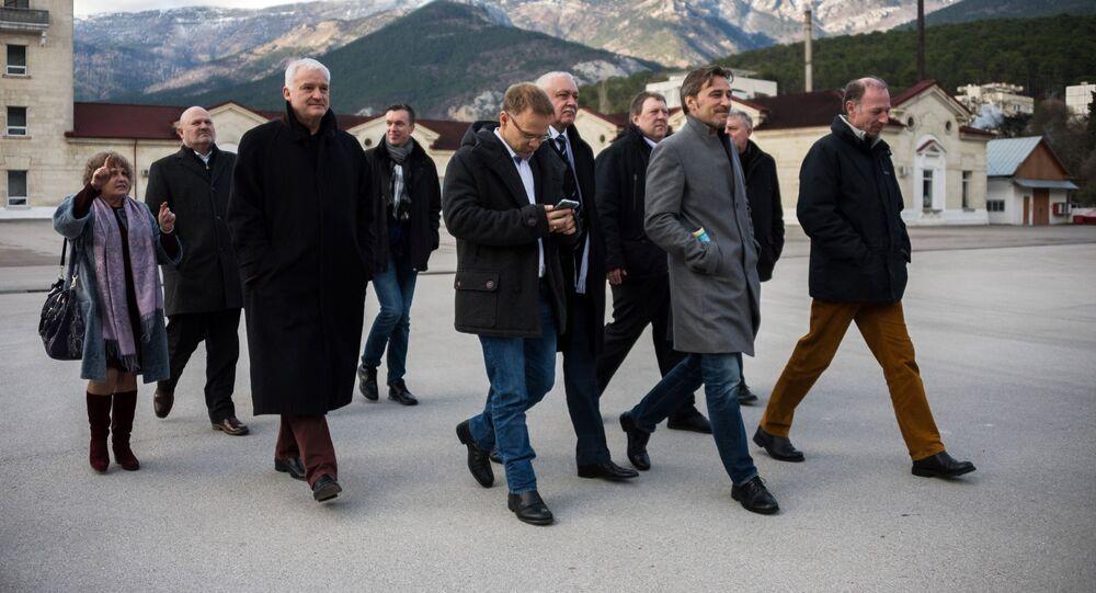 Niemiecka delegacja partii Alternatywa dla Niemiec w fabryce wina Massandra podczas oficjalnej wizyty na Krymie