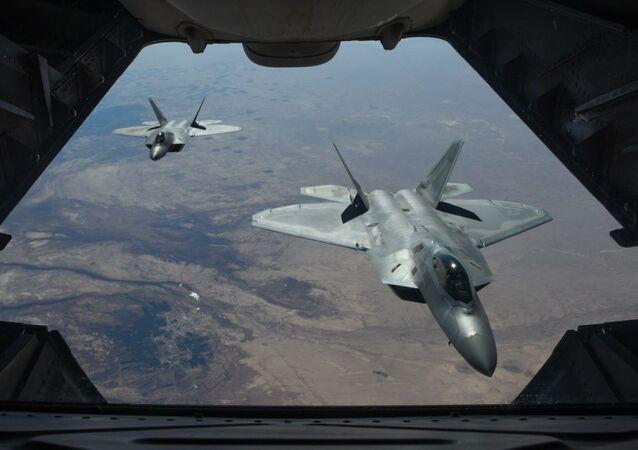 Amerykańskie myśliwce F-22 Raptor nad terytorium Syrii