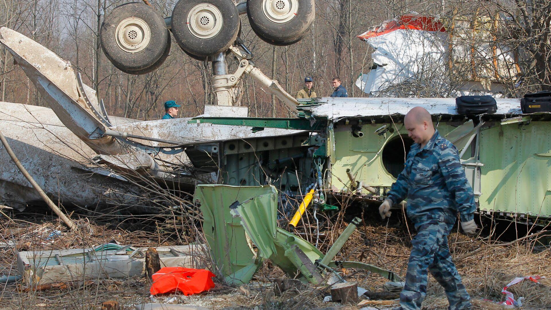 Służby ratownicze kontynuują prace na miejscu katastrofy polskiego samolotu rządowego Tu-154 pod Smoleńskiem - Sputnik Polska, 1920, 21.07.2021