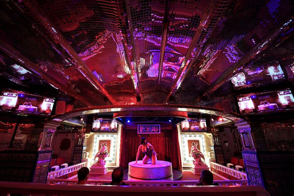 Tancerka w klubie nocnym Bagdad w Barcelonie