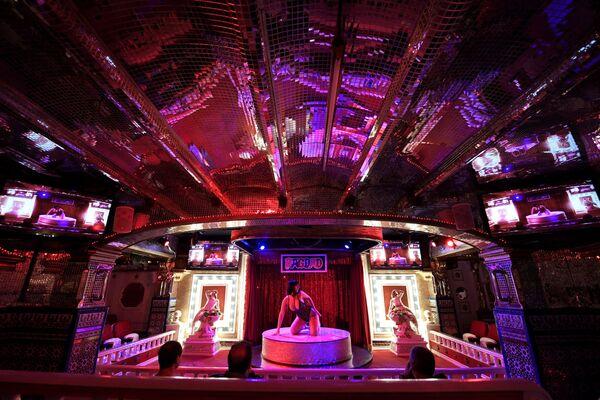 Tancerka w klubie nocnym Bagdad w Barcelonie - Sputnik Polska