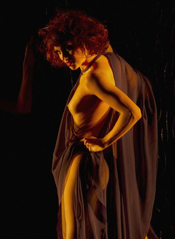 Tancerka kabaretu Le Crazy Horse w Paryżu - Sputnik Polska