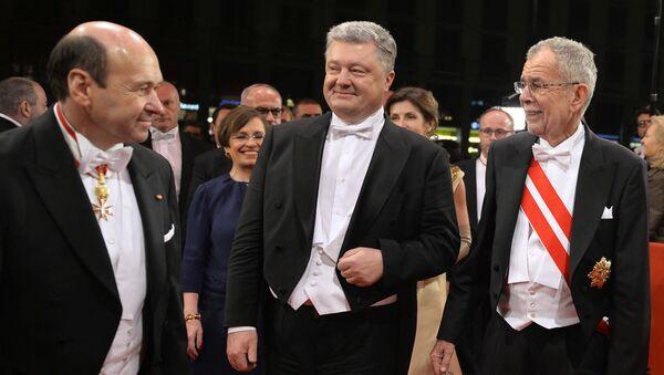 Dyrektor Opery Narodowej Dominik Meyer, prezydent Ukrainy Petro Poroszenko i prezydent Austrii Alexander Van der Bellen podczas Opernball w Wiedniu - Sputnik Polska