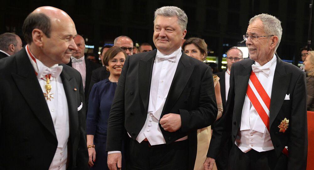Dyrektor Opery Narodowej Dominik Meyer, prezydent Ukrainy Petro Poroszenko i prezydent Austrii Alexander Van der Bellen podczas Opernball w Wiedniu