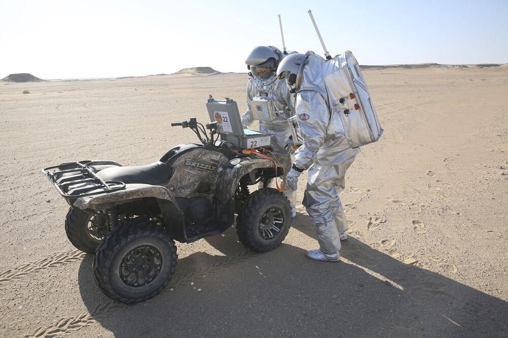 Koloniści z Marsa codziennie spacerują w skafandrach.