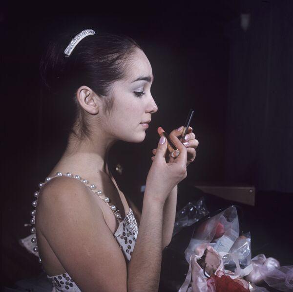 Balerina Giuzel Apanajewa maluje się, 1970 rok. - Sputnik Polska