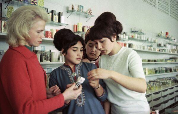 W hali handlowej nowego sklepu, otwartego w Aszchabadzie, w Turkmeńskiej SRR, 1968 rok. - Sputnik Polska