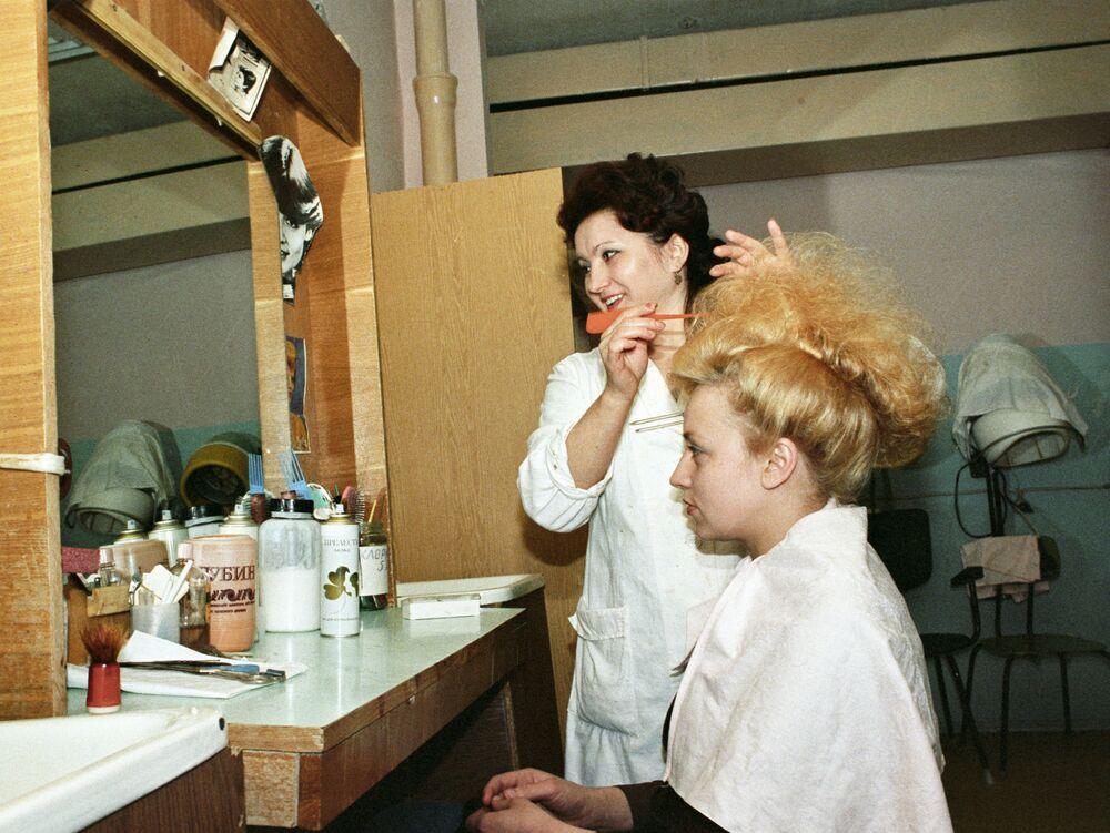 W salonie Modne fryzury w mieście Radużnyj, 1987 rok.
