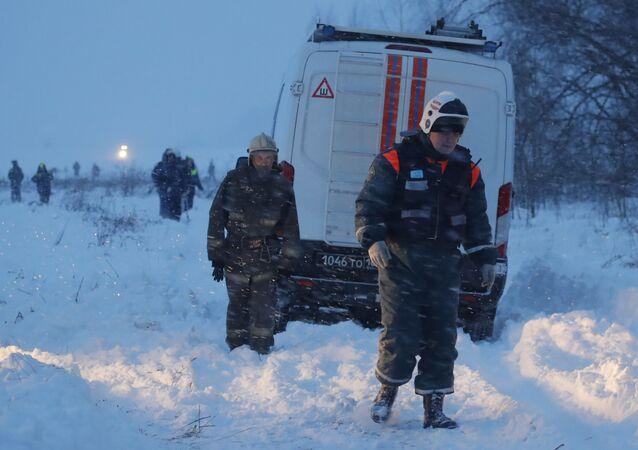 Ratownicy na miejscu upadku samolotu An-148 Saratowskich linii lotniczych pod Moskwą.