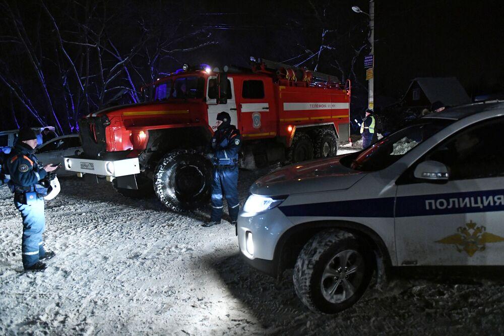 Policja i straż pożarna na miejscu upadku samolotu An-148 Saratowskich linii lotniczych pod Moskwą