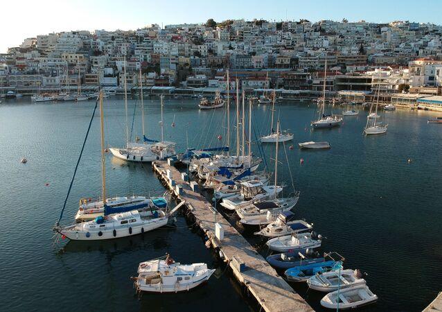 Żaglowce i jachty w zatoce Pireus w Atenach