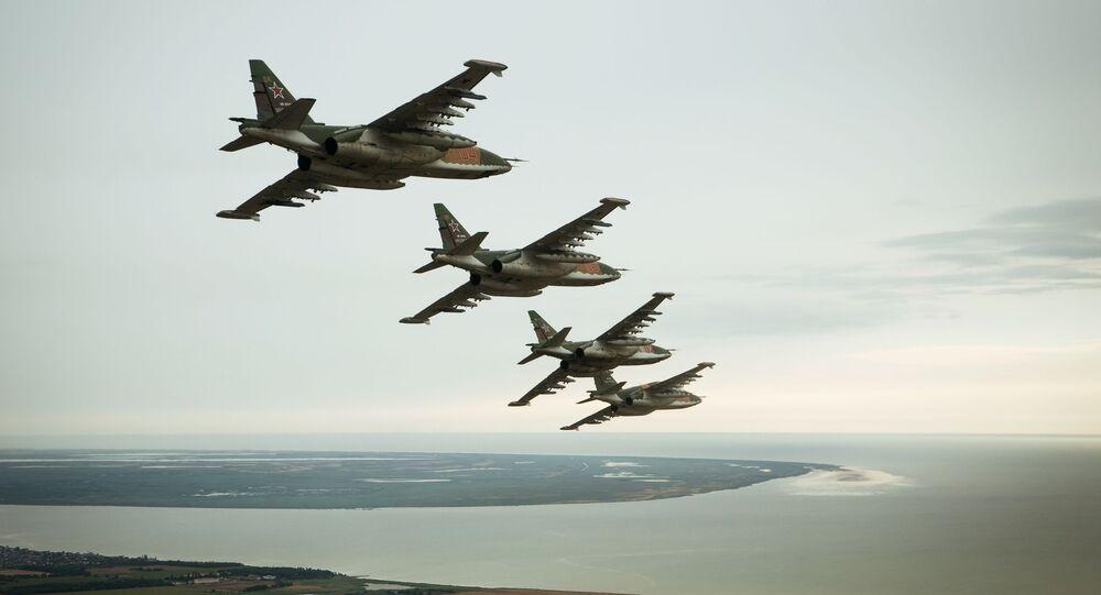 Samoloty szturmowe Su-25SM3 podczas specjalnego szkolenia lotniczego załóg w Primorsko-Achtarsku