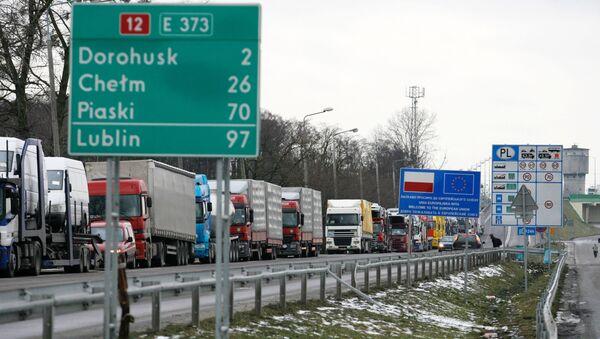 Kolejki ciężarówek przed punktem celnym na granicy strefy Schengen przy Dorohusku na granicy Polski i Ukrainy - Sputnik Polska