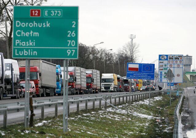 Kolejki ciężarówek przed punktem celnym na granicy strefy Schengen przy Dorohusku na granicy Polski i Ukrainy