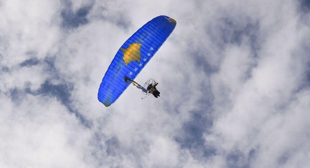 Paralotnia z wizerunkiem flagi Kosowa nad Prisztiną w przededniu 10 rocznicy ogłoszenia niezależności