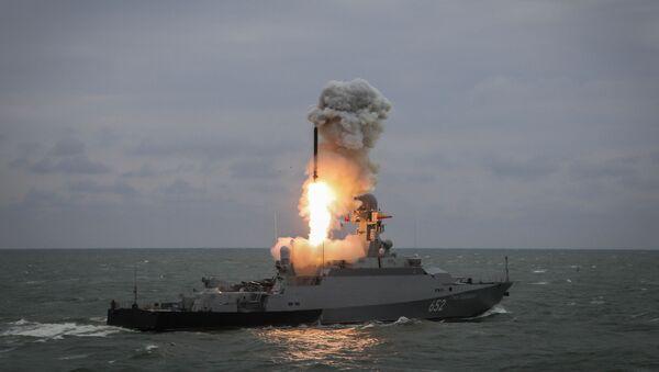 """Mały okręt rakietowy """"Grad Swijażsk"""" wystrzeliwuje pocisk """"Kalibr"""" podczas ćwiczeń grup okrętowych Flotylli Kaspijskiej - Sputnik Polska"""