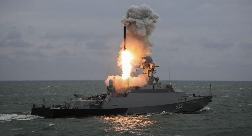 """Mały okręt rakietowy """"Grad Swijażsk"""" wystrzeliwuje pocisk """"Kalibr"""" podczas ćwiczeń grup okrętowych Flotylli Kaspijskiej"""
