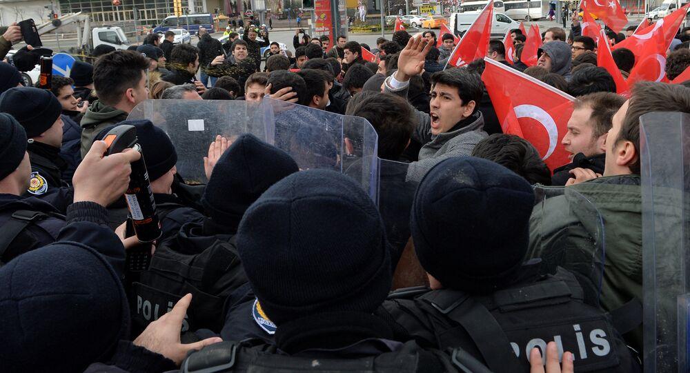 Uczestnicy antyamerykańskiej demonstracji w Ankarze, Turcja