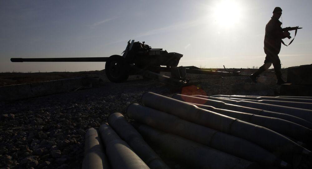 Ukraiński żołnierz obok systemu artyleryjskiego w obwodzie donieckim. Zdjęcie archiwalne