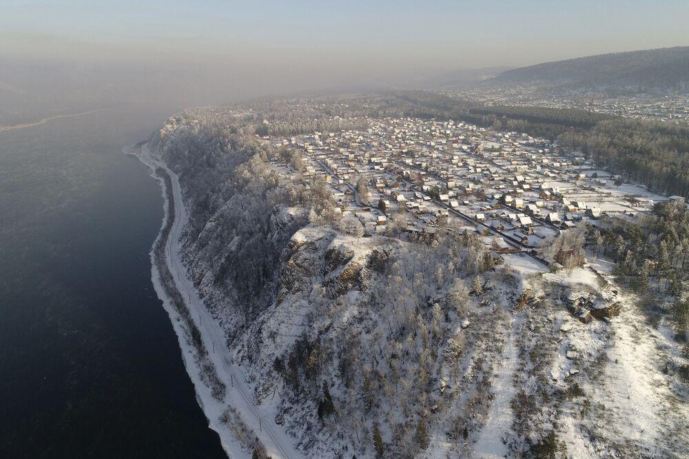 Przedmieścia Krasnojarska na brzegu rzeki Jenisej