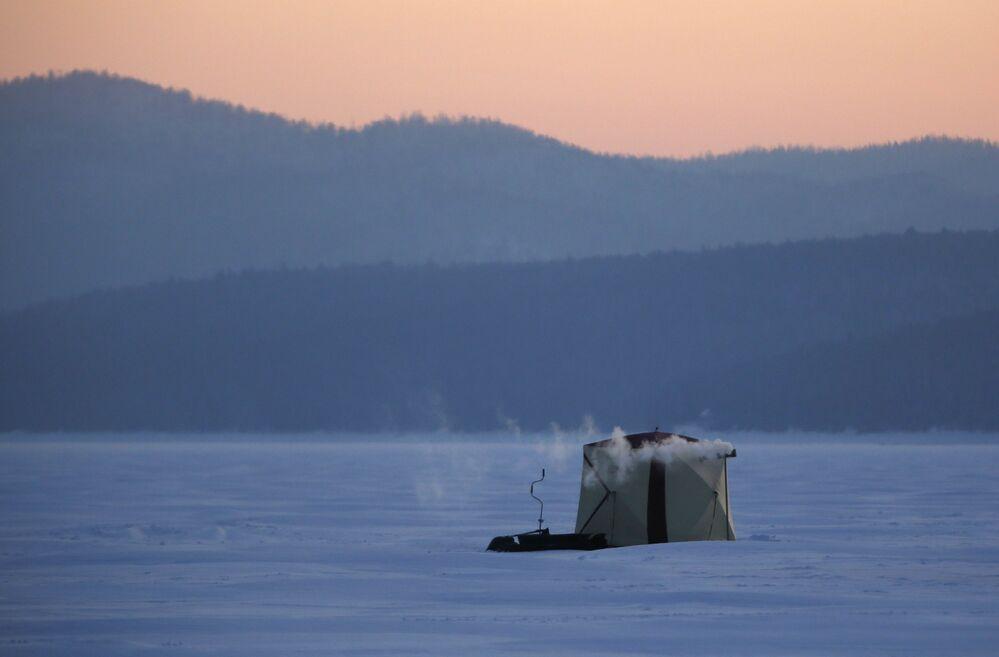 Namiot rybaków nad rzeką Jenisej w pobliżu Krasnojarska