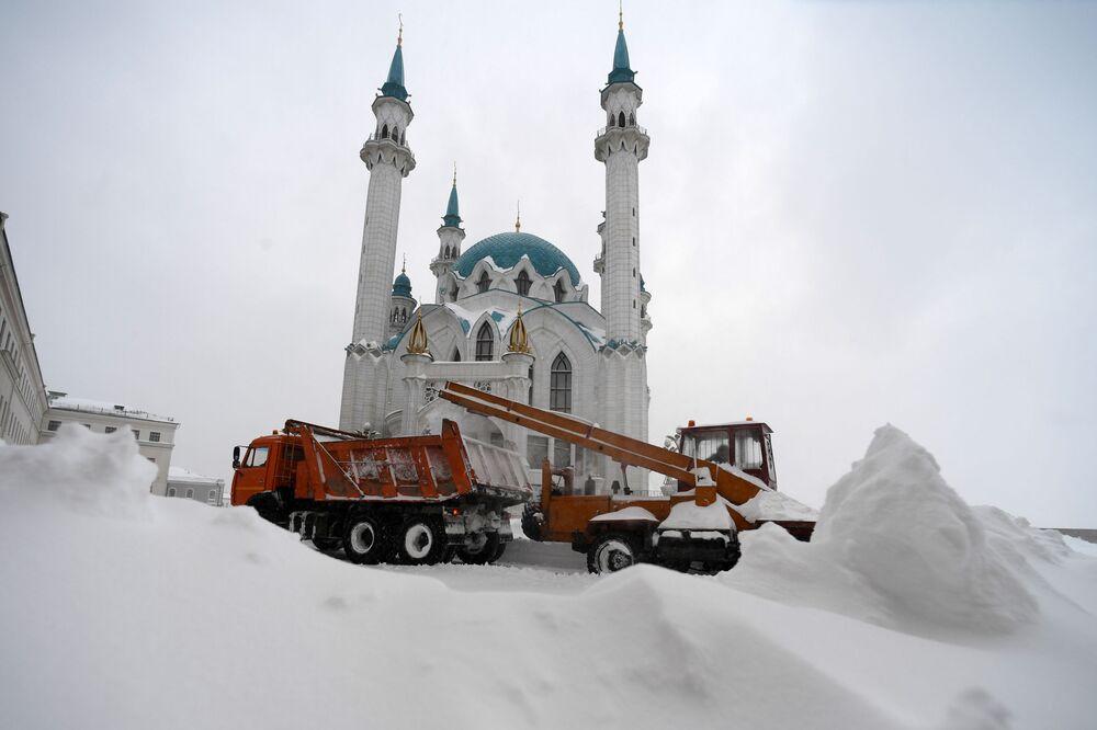 Pracownicy służb miejskich oczyszczają śnieg z meczetu Kul Sharif w Kazańskim Kremlu