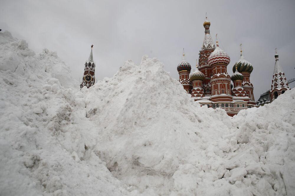 Śnieg na Placu Czerwonym w Moskwie