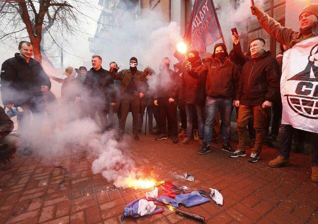 Ukraińscy radykałowie pod budynkiem Rossotrudniczestwa w Kijowie