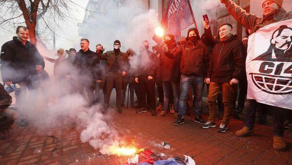 Ukraińscy radykałowie pod budynkiem Rossotrudniczestwa w Kijowie - Sputnik Polska