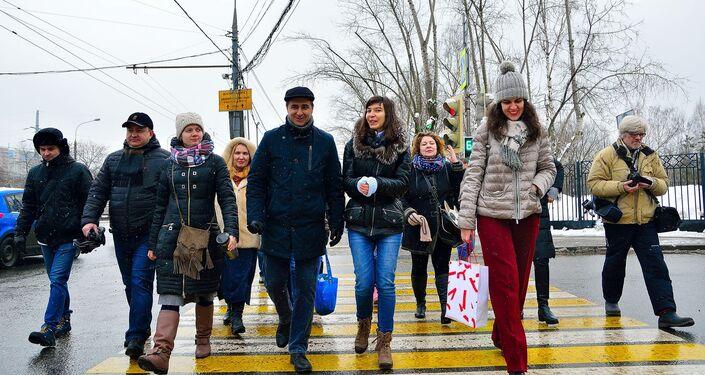 Uczestnicy muzycznego flash mobu w polskim trolejbusie w Moskwie.