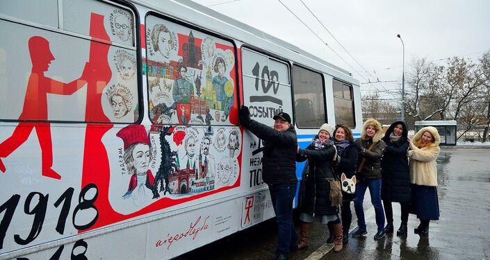 Uczestnicy muzycznego flash mobu w polskim trolejbusie w Moskwie. Форматы: картинка