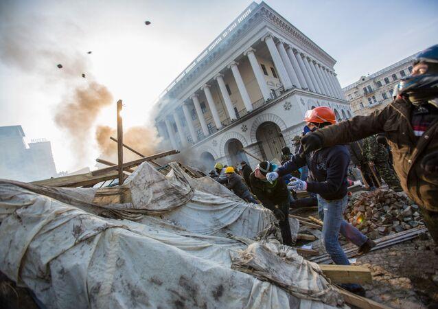 Zwolennicy opozycji na placu Niezależności w Kijowie w czasie starć z funkcjonariuszami porządkowymi, 2014