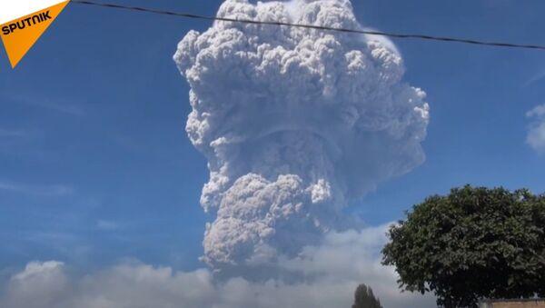Erupcja wulkanu w Indonezji - Sputnik Polska