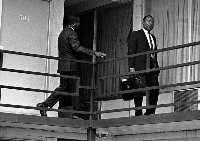 Działacz na rzecz równouprawnienia Afroamerykanów w USA Martin Luther King na balkonie motelu Lorraine w Memphis