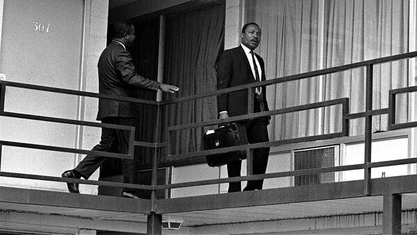 Działacz na rzecz równouprawnienia Afroamerykanów w USA Martin Luther King na balkonie motelu Lorraine w Memphis - Sputnik Polska