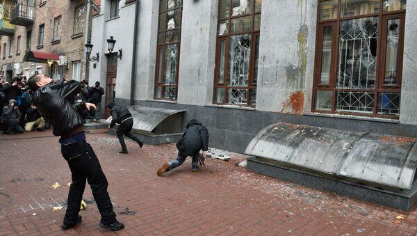 Radykałowie demolują budynek Rossotrudniczestwa w Kijowie, 18 lutego 2018 roku - Sputnik Polska