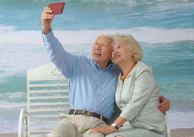 Starsza para robi selfie