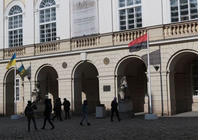 Czarno-czerwona flaga OUN przed budynkiem lwowskiej rady miejskiej