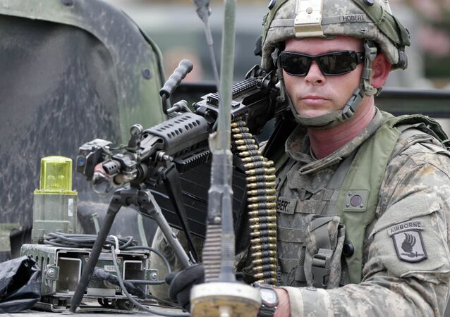 Amerykański żołnierz bierze udział w ćwiczeniach Saber Junction w Niemczech, 8 września 2014