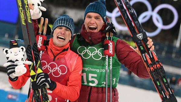 Rosyjscy narciarze Denis Spicow i Aleksander Bolszunow zdobyli srebrny medal w sprincie drużynowym techniką dowolną na Igrzyskach Olimpijskich - Sputnik Polska