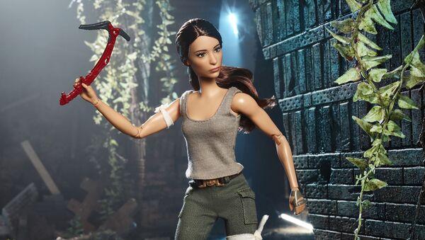 Кукла Barbie в образе актрисы Алисии Викандер в роли Лары Крофт - Sputnik Polska