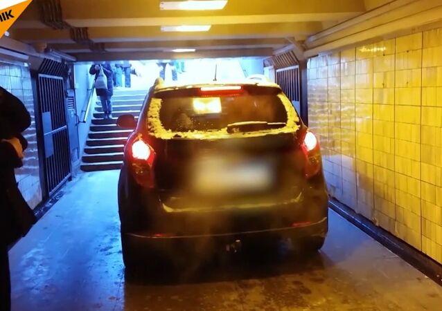 Testy samochodu w podziemnym przejściu