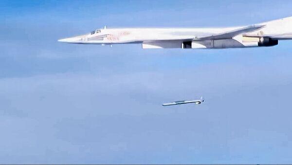 Odpalenie pocisku manewrującego X-101 ze strategicznego bombowca Tu-160 - Sputnik Polska