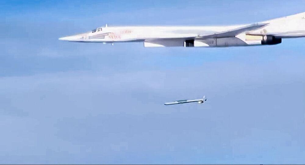 Odpalenie pocisku manewrującego X-101 ze strategicznego bombowca Tu-160
