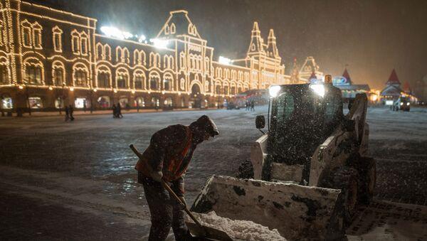 Pracownicy służb komunalnych sprzątają śnieg na Placu Czerwonym - Sputnik Polska
