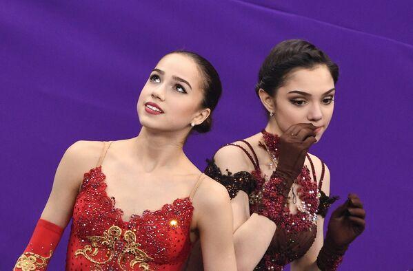 Rosyjskie łyżwiarki Alina Zagitowa, złota medalistka Igrzysk Olimpijskich w Pjongczangu 2018 i Jewgenija Miedwiediewa, srebrna medalistka Igrzysk Olimpijskich w Pjongczangu 2018 - Sputnik Polska