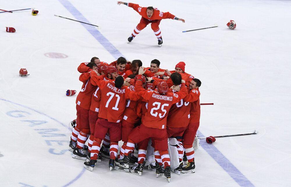 Rosyjscy hokeiści cieszą się ze zwycięstwa w finałowym meczu hokejowym Rosji i Niemiec na XXIII Zimowych Igrzyskach Olimpijskich.