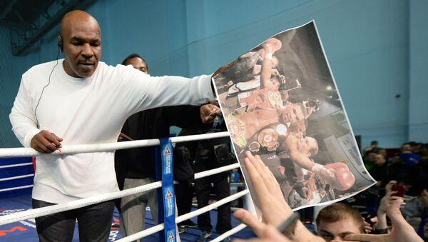 Bokser Mike Tyson podczas otwartej klasy boksu w Pałacu Sportu w Jekaterynburgu - Sputnik Polska